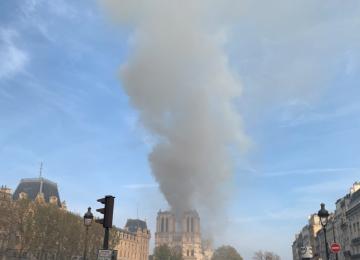 ΦΩΤΙΑ ΤΩΡΑ στο Παρίσι: Στις φλόγες η Παναγία των Παρισίων