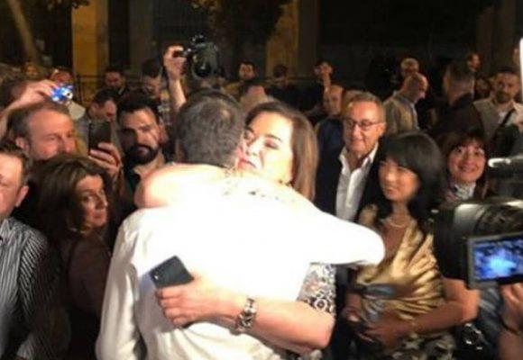 Η αγκαλιά της Ντόρας Μπακογιάννη στον γιο της