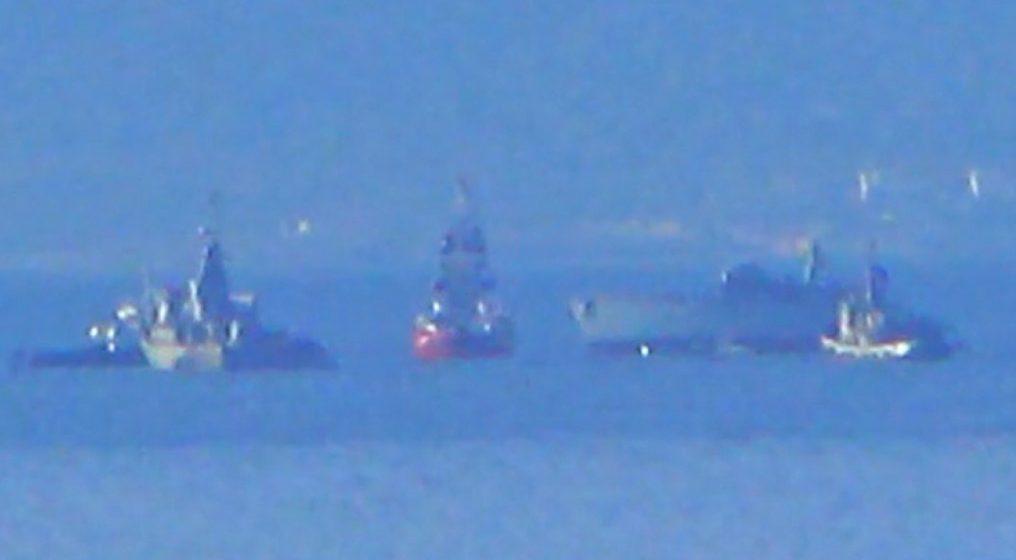 «Χτύπησαν» πλοίο του Πολεμικού Ναυτικού παραμονή της 28ης Οκτωβρίου – Άνθρωποι στη θάλασσα (video)