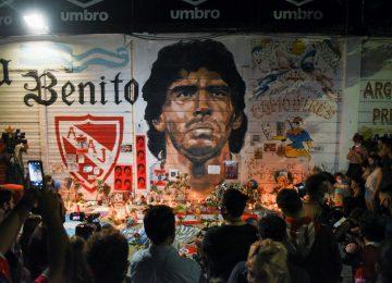 Ντιέγκο Μαραντόνα LIVE: Κλαίει ο πλανήτης – Λαϊκό προσκύνημα για τον θεό της μπάλας