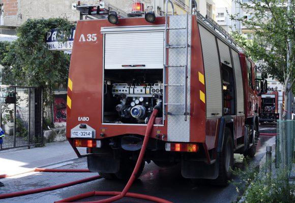 Θεσσαλονίκη: Κάηκε μονοκατοικία – Χωρίς τις αισθήσεις του μεταφέρθηκε στο νοσοκομείο ηλικιωμένος