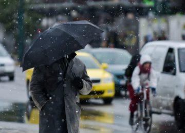 Χιονίζει στο κέντρο της Αθήνας – Δείτε εντυπωσιακές εικόνες