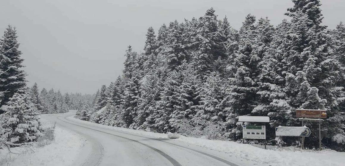 Κακοκαιρία «Λέανδρος»: Σε ποιες περιοχές χιονίζει τώρα – Δοκιμάζεται η χώρα στις χαμηλές θερμοκρασίες, κλειστά σχολεία (video)