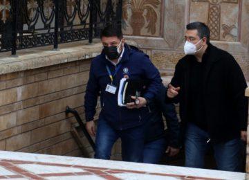 Κορονοϊός LIVE: Σύσκεψη Χαρδαλιά, Χρυσοχοΐδη – Κλειδώνουν τρία νέα μέτρα, «βόμβα» με τις μετακινήσεις το Σαββατοκύριακο