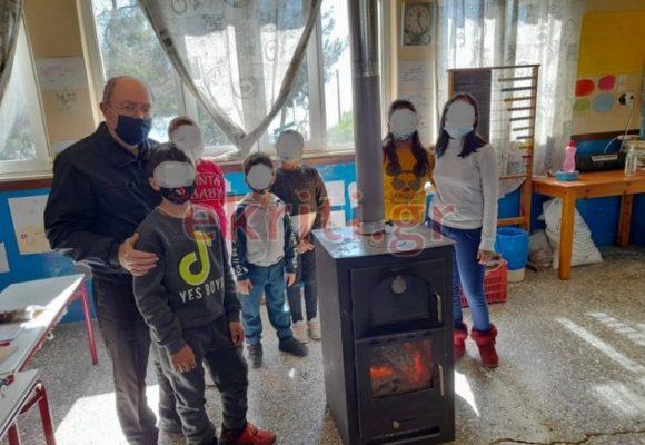Μία μεγάλη αγκαλιά στην Κρήτη: Μάθημα γεμάτο αγάπη σε δημοτικό σχολείο, όλοι γύρω από μια ξυλόσομπα