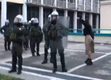 Θεσσαλονίκη: Απόλυτο viral – Η «εξαγριωμένη» του ΑΠΘ σε άνδρα των ΜΑΤ: «Δείρε με ρε!» (video)